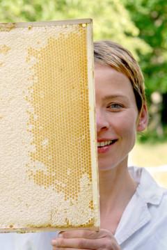 Agnes Flügel, Honig, die Honigfrau, Bienenkönigin, Apis, Globuli, D12, Bienestich, Wesoenstich, Homöopathie, Katrin Reichelt, Hans-Heinrich Reichelt